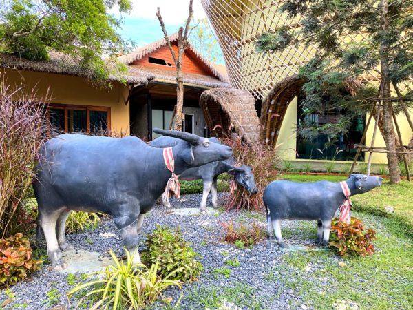 イサーン イサン ブティック リゾート バイ アンダキュラ(Isaan-Isan Boutique Resort by Andacura)にある水牛の像