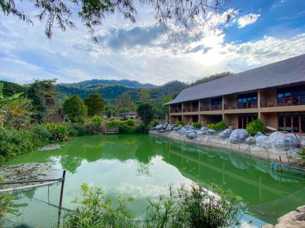 イサーン イサン ブティック リゾート バイ アンダキュラ(Isaan-Isan Boutique Resort by Andacura)の中庭から見えるカオヤイの山