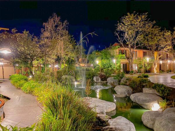 夜のイサーン イサン ブティック リゾート バイ アンダキュラ(Isaan-Isan Boutique Resort by Andacura)の中庭