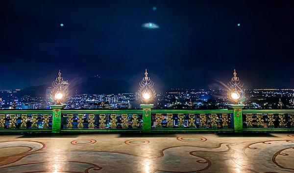 ワット・カオ・プラ・クルー(Wat Khao Phra Khru / สำนักสงฆ์เขาพระครู)から見える夜景
