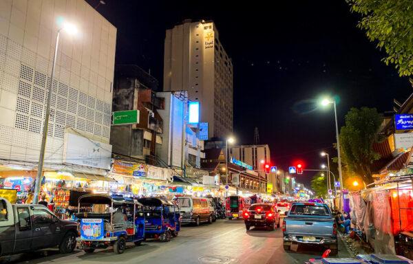 デュシット D2 ホテル(Dusit D2 Chiang Mai Hotel)目の前のナイトバザール1