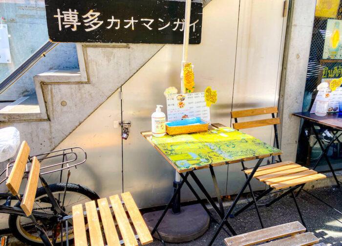 博多カオマンガイ万国屋の店外テーブル席