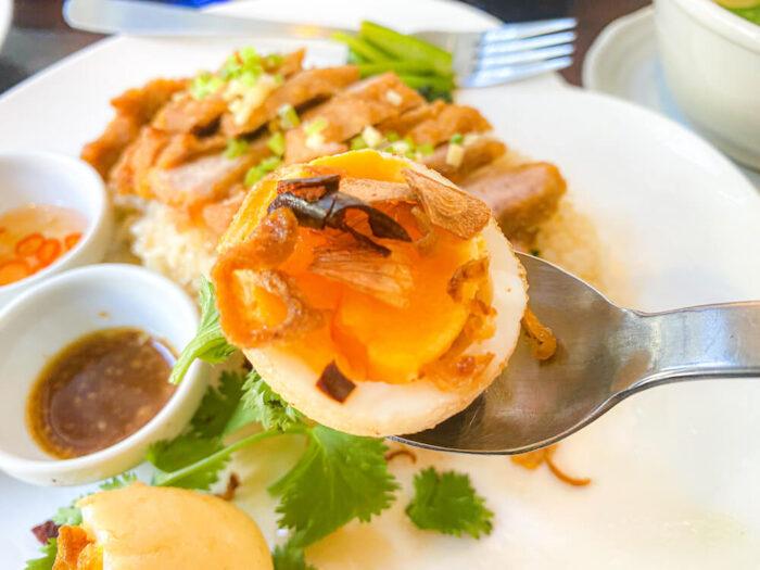 博多カオマンガイ万国屋で食べたタマリンドソース掛けの揚げ卵
