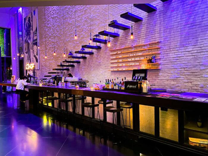 プルマン バンコク ホテル G(Pullman Bangkok Hotel G)のレセプションロビーにあるバーカウンター