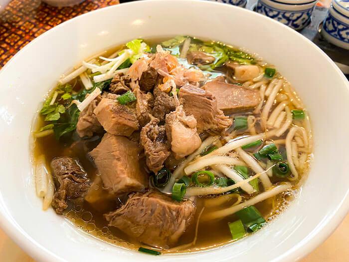 バンダルで食べた牛肉醤油煮込み麺1