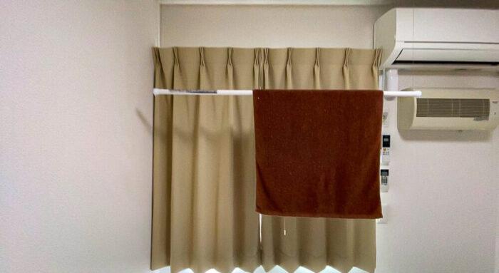一部共用タイプ個室寮の寝室にある昇降式物干し竿