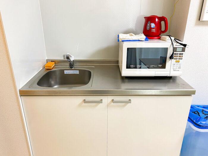 一部共用タイプ個室寮のキッチンと電子レンジと電子ポッド