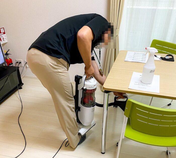 リゾートバイトの個室寮を掃除しているリゾートバイトスタッフ