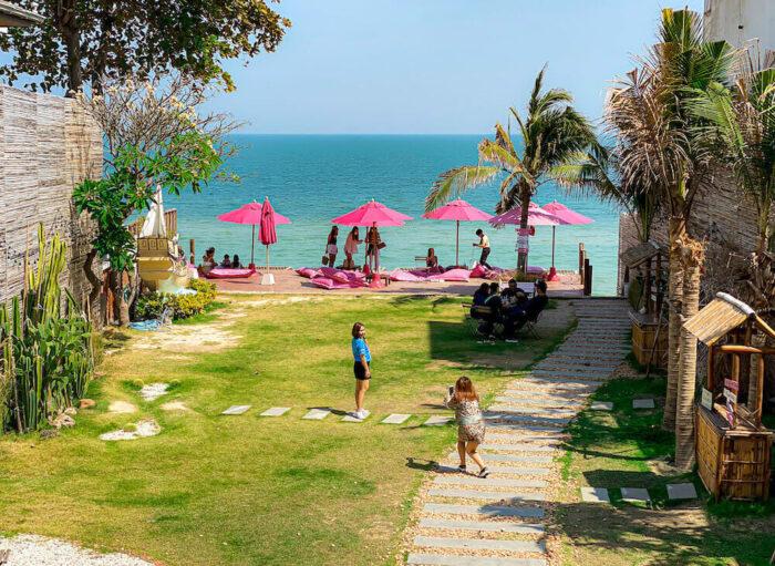 トップ・シークレット・ビーチ・カフェ(Top Seacret Beach Cafe)の中庭とビーチフロントテラス