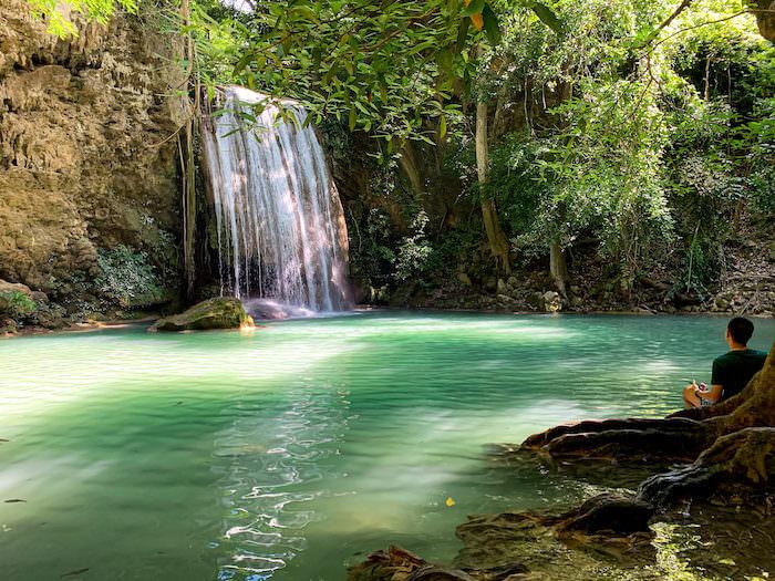 エラワンの滝でくつろいでいるタイ人