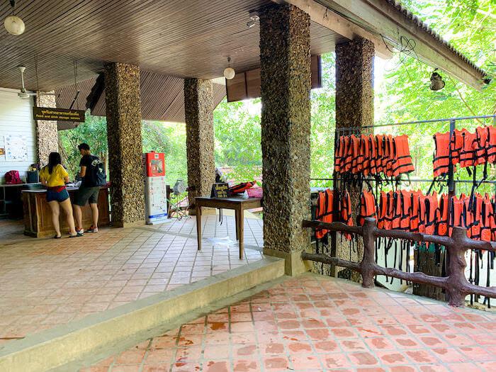 エラワンの滝にあるライフジャケットレンタルスペース