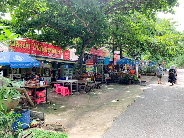エラワン国立公園入り口に並んでいる売店