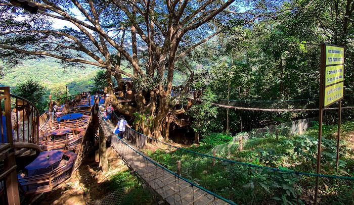 ザ・ジャイアント・チェンマイの入り口にある吊り橋
