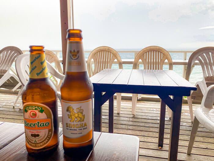 ドゥワンチャンのテラス席で飲んだシンハービールとラオス産ビアラオ