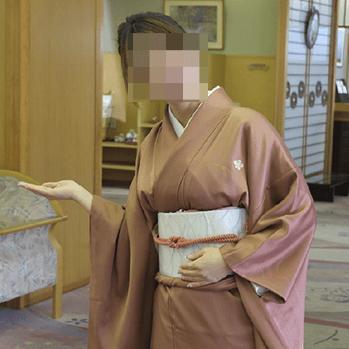 本式着物姿の女性仲居