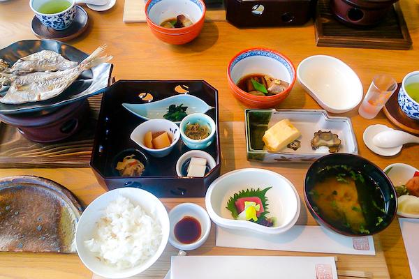 配膳された旅館の朝食