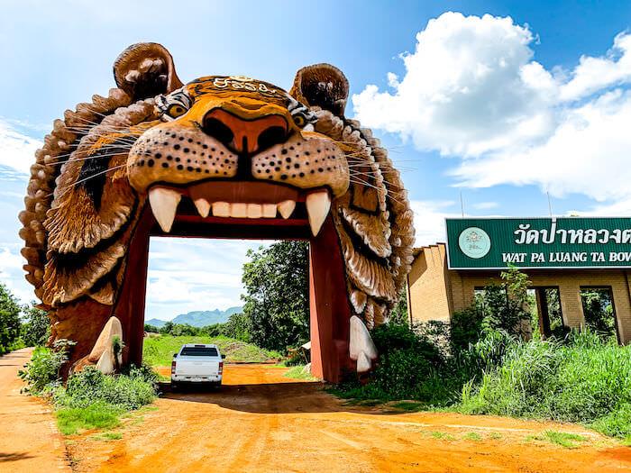 トラ寺院(ワット・パー・ルアン・タ・ブア・ヤナサンパンノ)の入り口