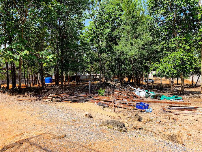 タイガーテンプルの境内に置かれていた廃材