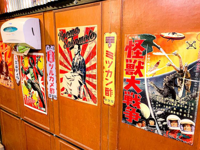 サムライキッチンの店内に貼られている昭和レトロなポスター