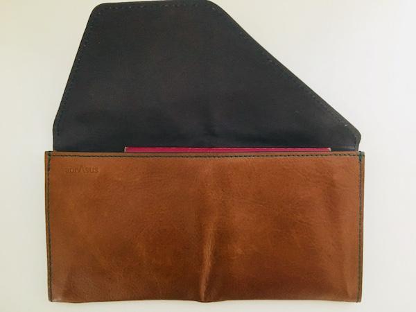 旅行財布とパスポート
