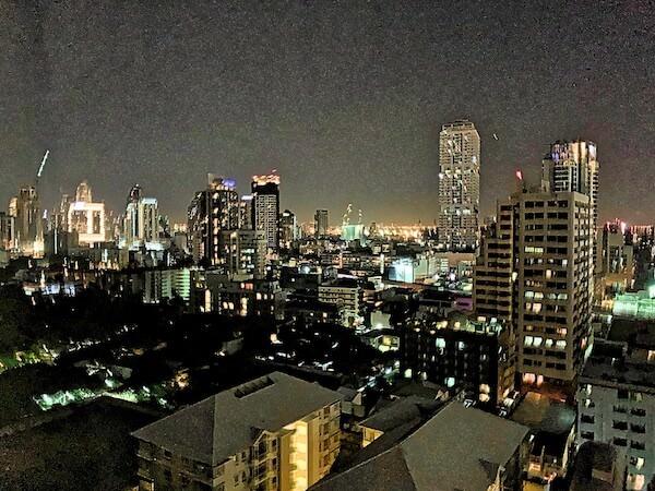 アデルフィ グランデ スクンビット (Adelphi Grande Sukhumvit)の客室から見える夜景