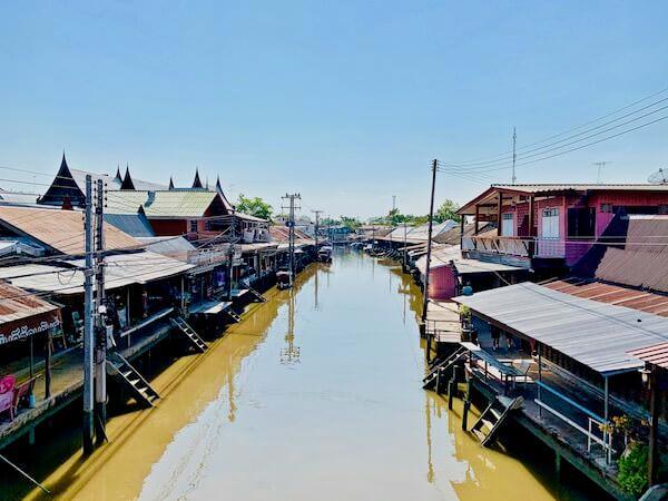アンパワー水上マーケットの中央を流れる川