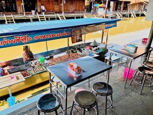アンパワー水上マーケットにある船のレストラン