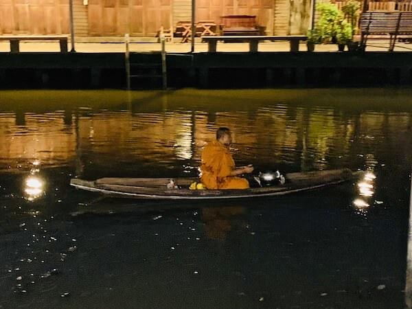 ボートを漕ぐ僧侶