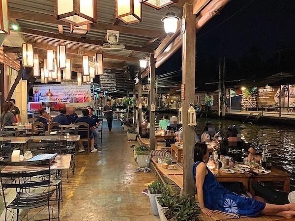 夜のアンパワー水上マーケット食堂