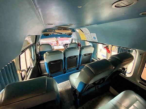 アントン行きのロットゥー(ミニバス)車内