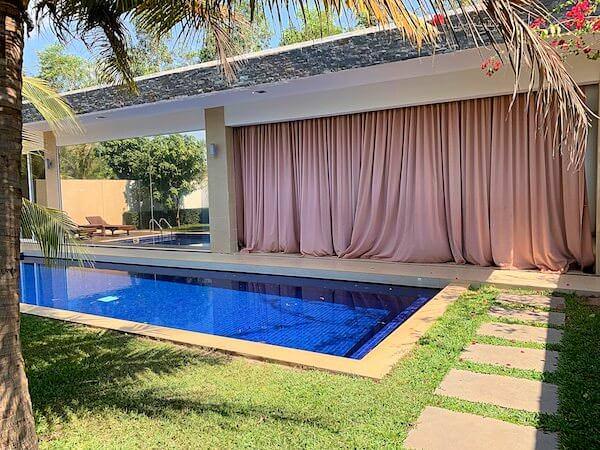アンコール ランデブー(Angkor Rendezvous)のカーテンを閉めた状態1