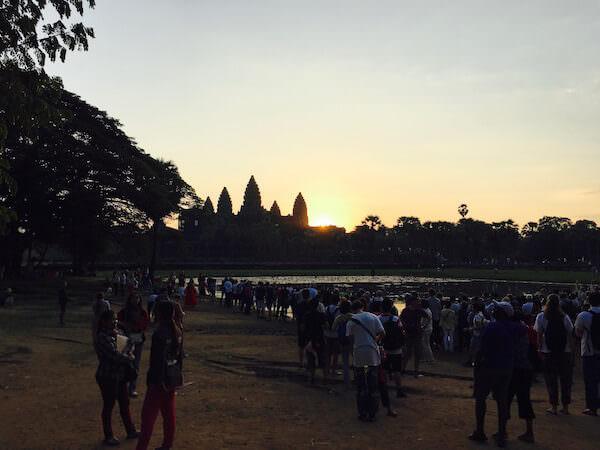 アンコール・ワット朝日鑑賞のため集まっている観光客