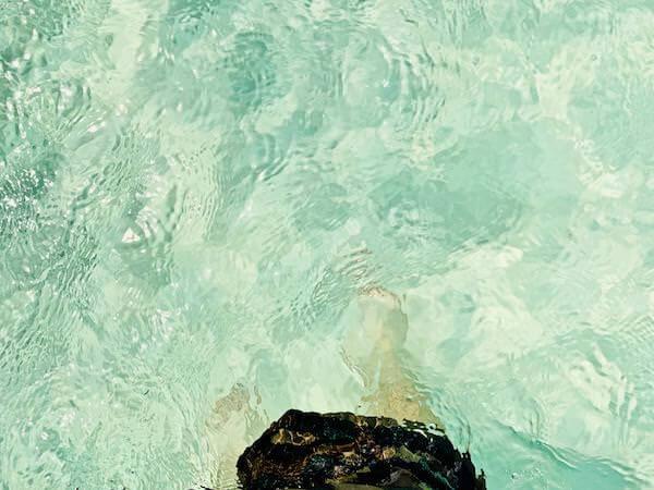 アオワイビーチの透き通る海
