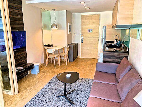 アライズホテルスクンビット(Arize Hotel Sukhumvit)の客室リビングルーム