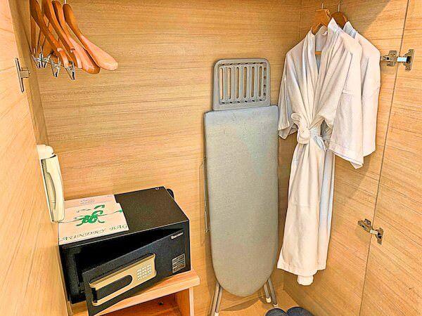 アライズホテルスクンビット(Arize Hotel Sukhumvit)の客室に完備しているアイロンとアイロン台