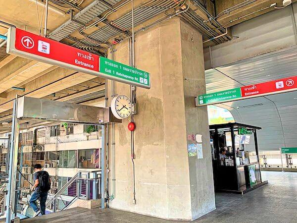 エアポートレールリンクのラーチャプラロップ駅1番出口