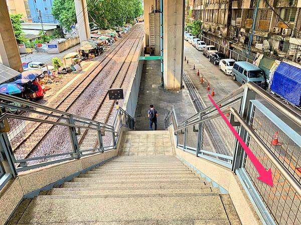 エアポートレールリンクのラーチャプラロップ駅1番出口の階段