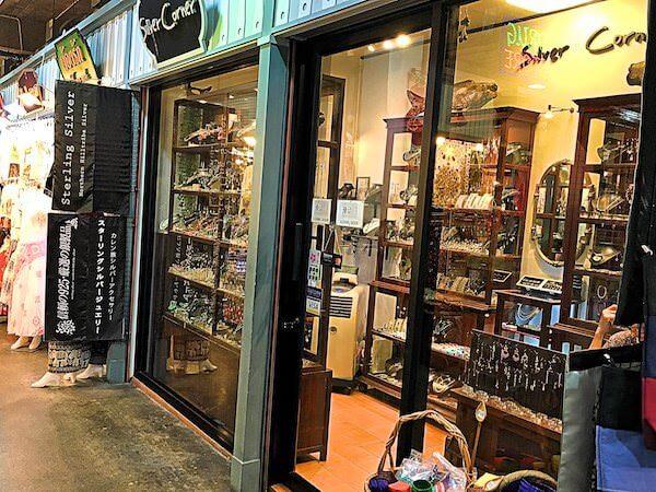 アジアティークにあるカレン族シルバーアクセサリーの店