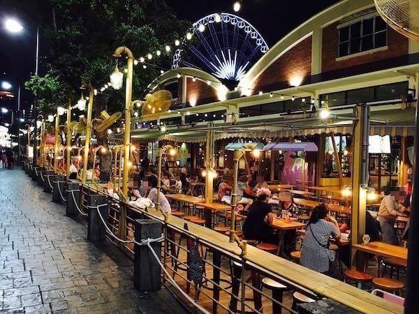アジアティーク ウォーターフロント地区の路面店カフェ風の軽食店