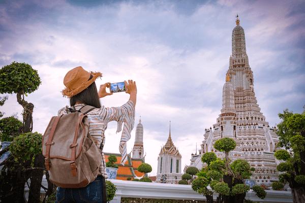 ワットアルンを撮影しているアジア人女性旅行者