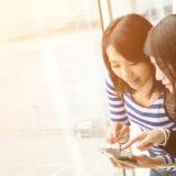 海外旅行中の女性二人組
