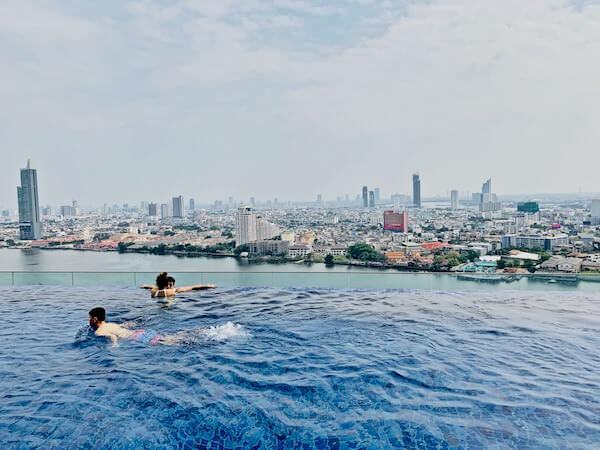 アヴァニ リバーサイド バンコク ホテル(Avani Riverside Bangkok Hotel)のインフィニティプールから見えるチャオプラヤー川の景色