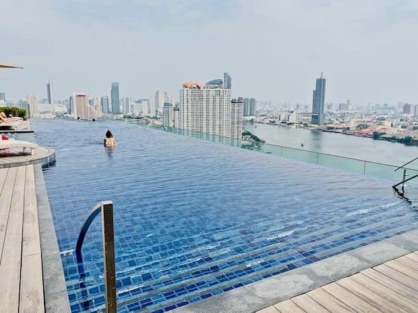 アヴァニ リバーサイド バンコク ホテル(Avani Riverside Bangkok Hotel)のインフィニティプール全体像