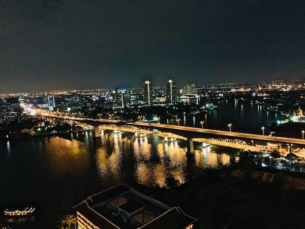 アヴァニ リバーサイド バンコク ホテル(Avani Riverside Bangkok Hotel)のルーフトップバーから見える景色