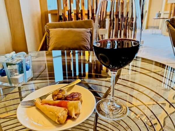 アヴァニ リバーサイド バンコク ホテル(Avani Riverside Bangkok Hotel)のクラブランジで飲んだワイン