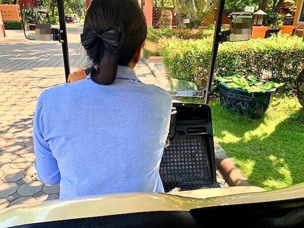 バーン アムパワ リゾート アンド スパ(Baan Amphawa Resort and Spa)の敷地内を移動するゴルフカート