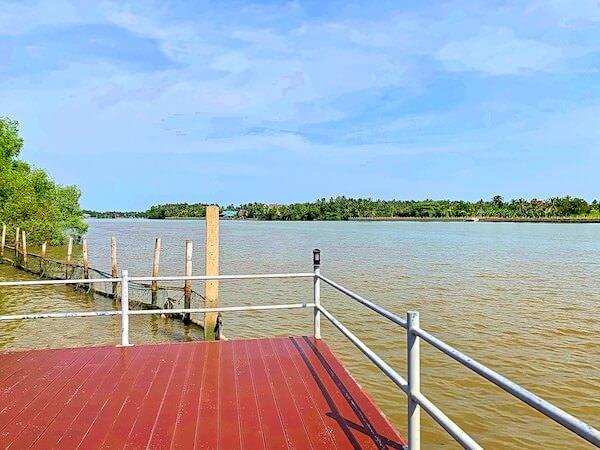 バーン アムパワ リゾート アンド スパ(Baan Amphawa Resort and Spa)の敷地内川沿いエリア