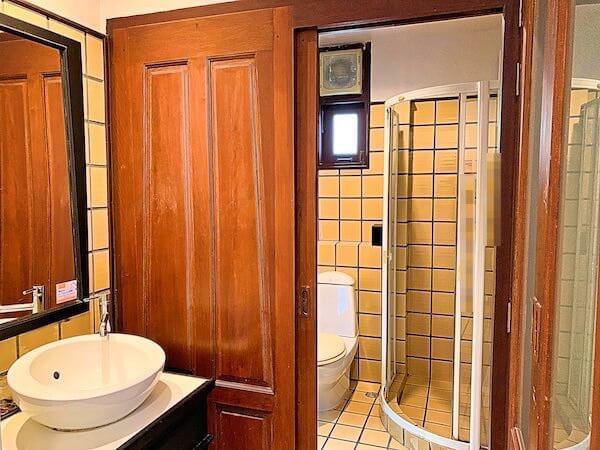バーン アムパワ リゾート アンド スパ(Baan Amphawa Resort and Spa)のシャワールーム1