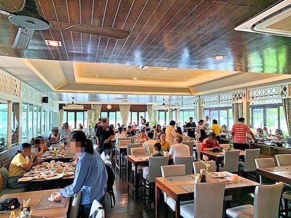 バーン アムパワ リゾート アンド スパ(Baan Amphawa Resort and Spa)の朝食会場