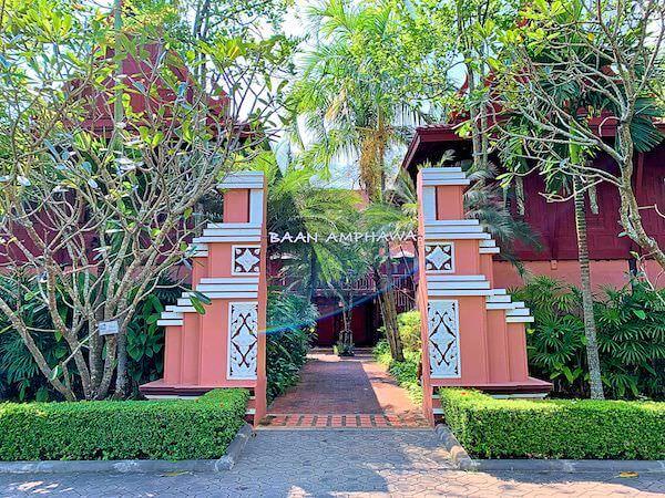 バーン アムパワ リゾート アンド スパ(Baan Amphawa Resort and Spa)の敷地入り口